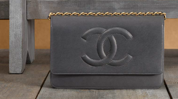 Chanel-wallet-in-lambskin-with-a-long-chain-1