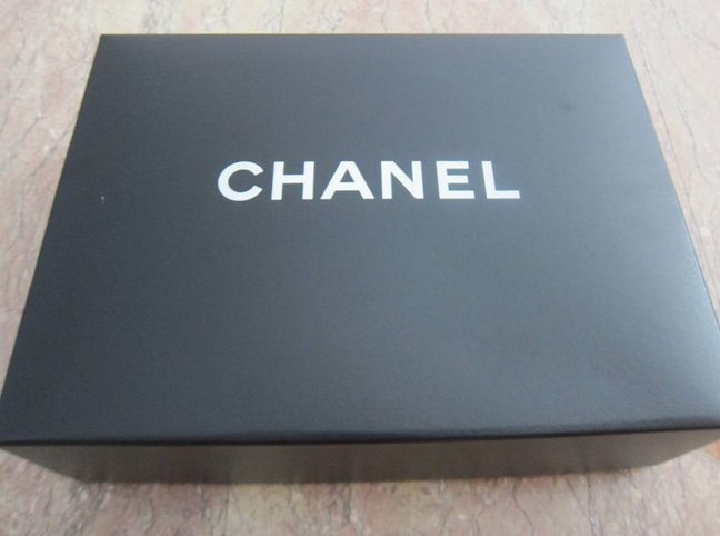 chanel-box-black-or-white-2