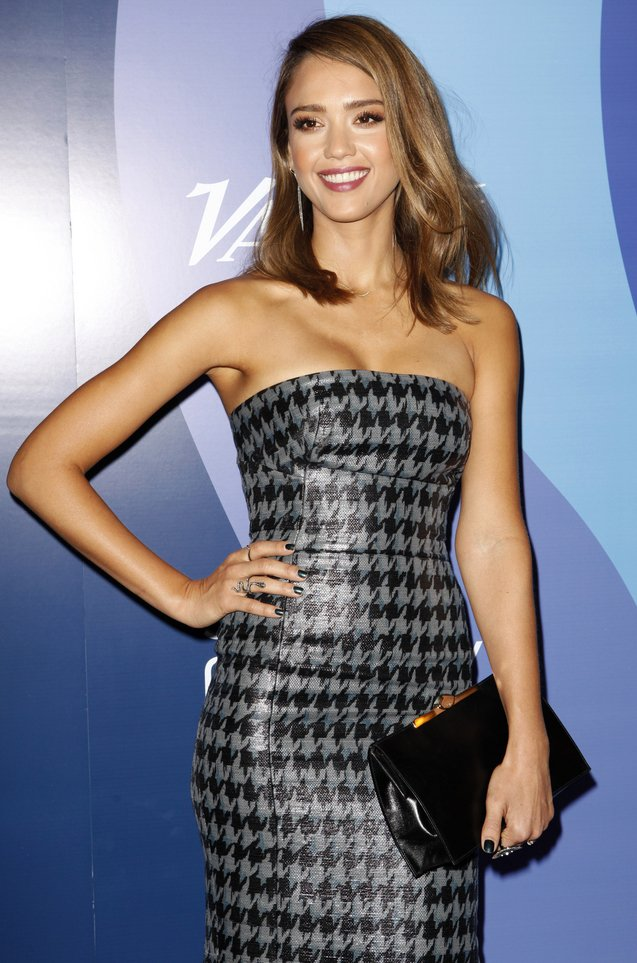 Jessica-Alba-And-Dior-Haute-Couture-Evening-Pouch