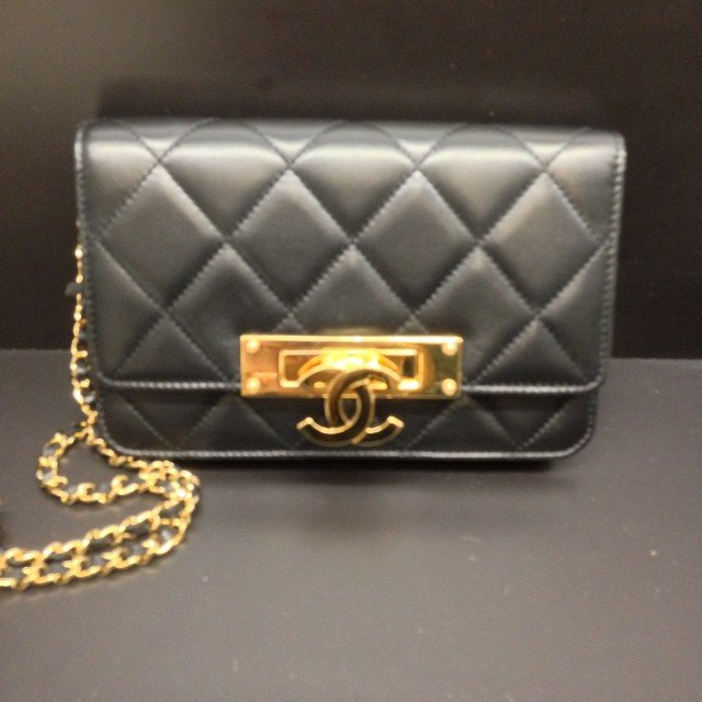 A-Closer-Look-Chanel-Golden-Class-Double-CC-WOC
