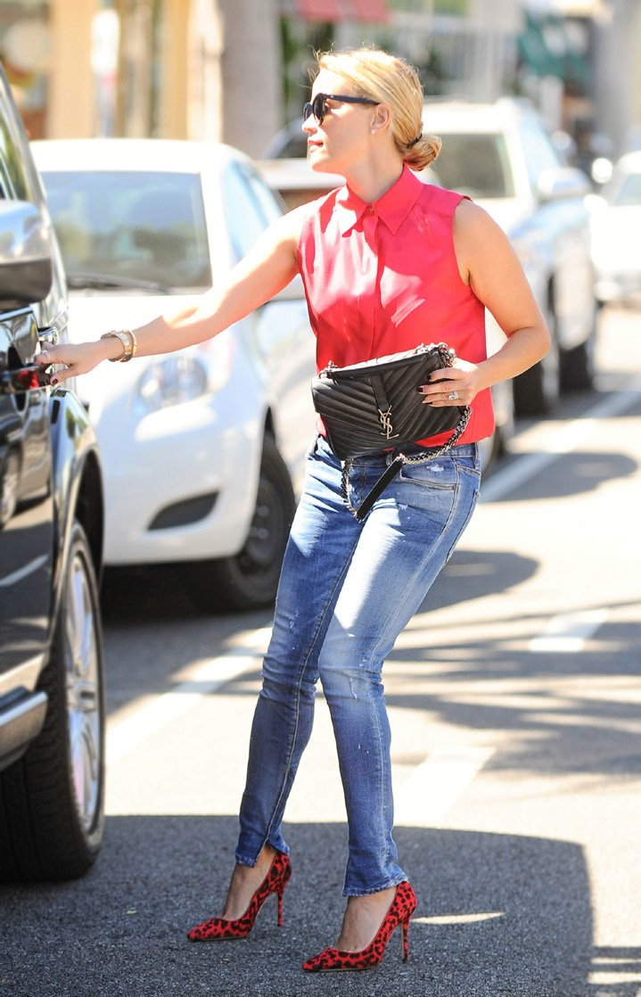 How-Celebrities-Carry-The-Saint-Laurent-Classic-Monogram-Bags-2