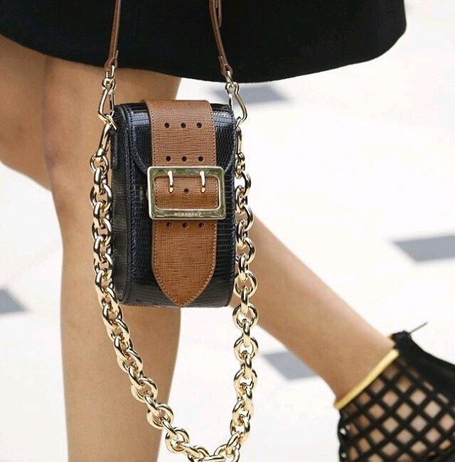 A-Closer-Look-Burberry-The-Belt-Square-shoulder-bag-2