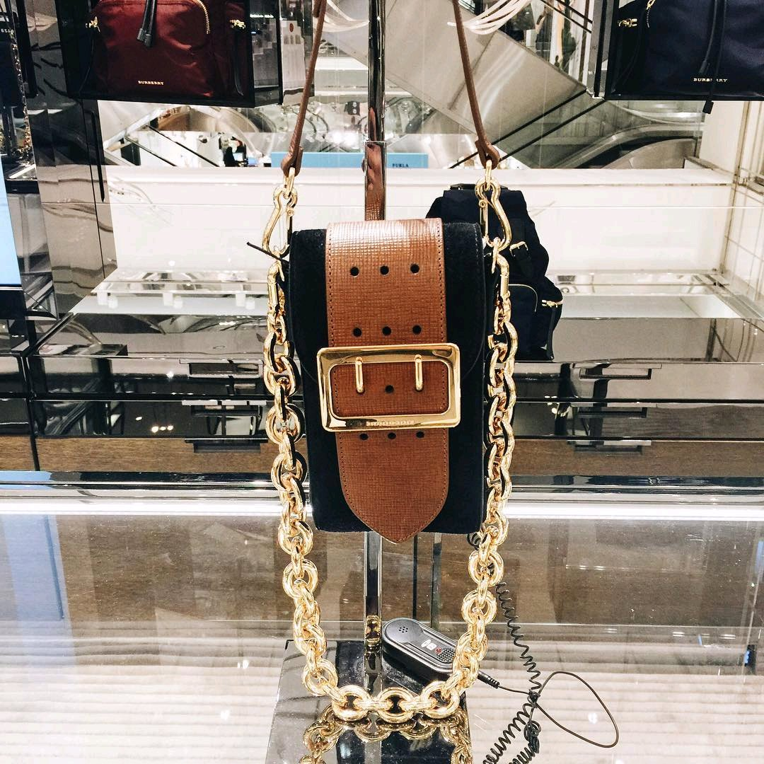A-Closer-Look-Burberry-The-Belt-Square-shoulder-bag