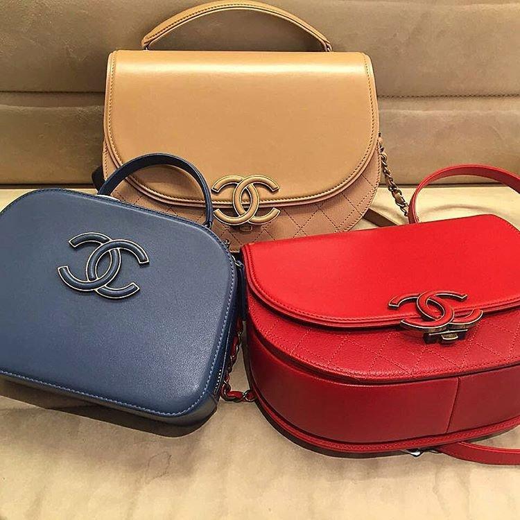 50e7ac85e588 A Closer Look  Chanel Coco Curve Vanity Case Bag