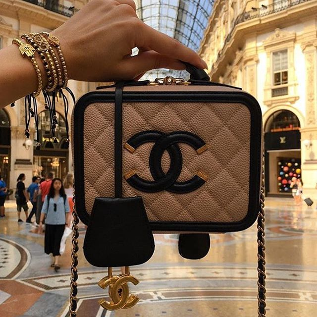Chanel-CC-Filigree-Vanity-Case-Bag-13