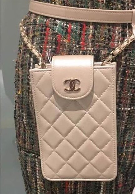 chanel-zipped-pouch-with-chain