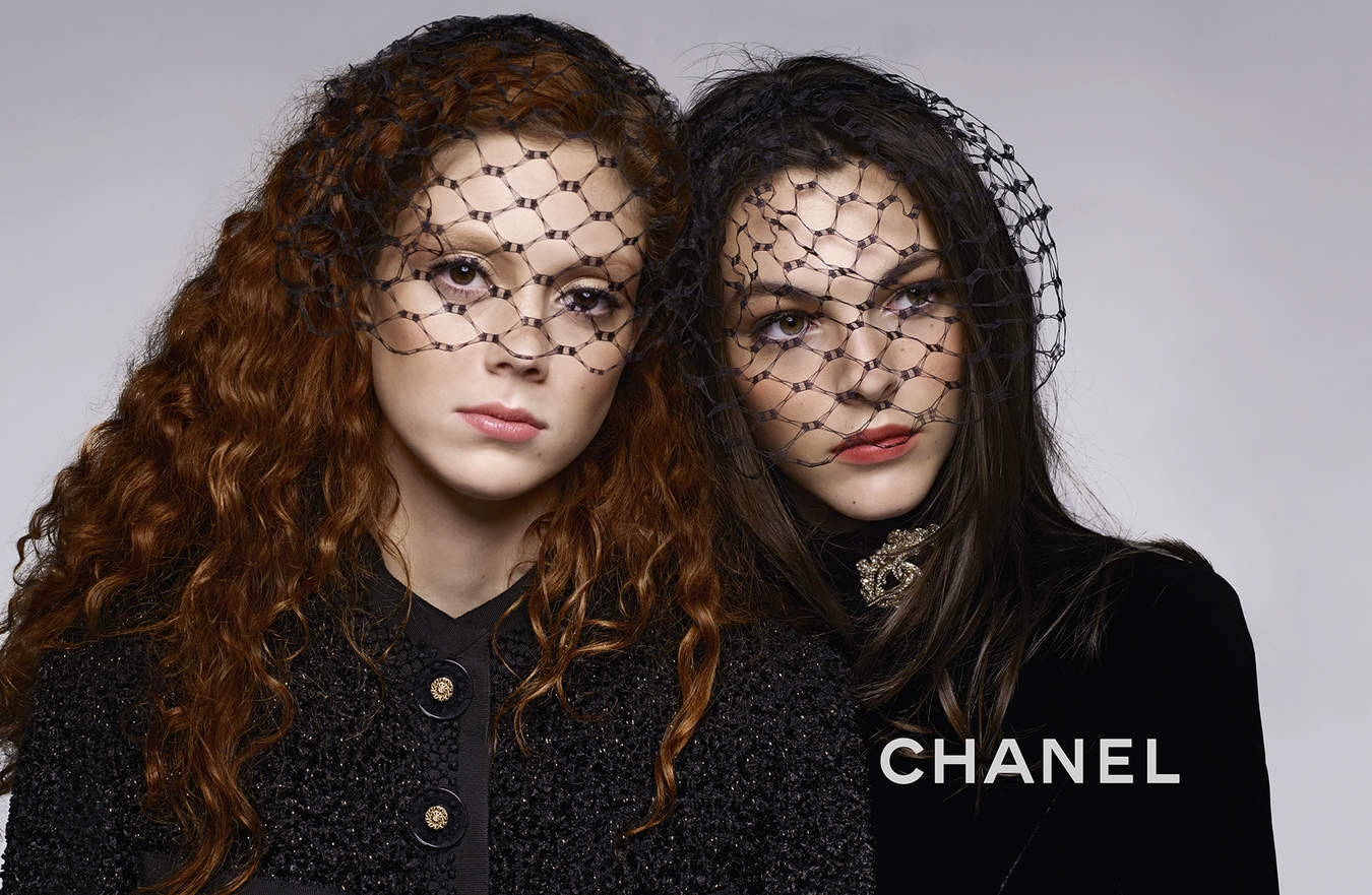 Chanel-Metiers-d'Art-2017-Ad-Campaign-Featuring-Chanel-Perfume-Clutch-4