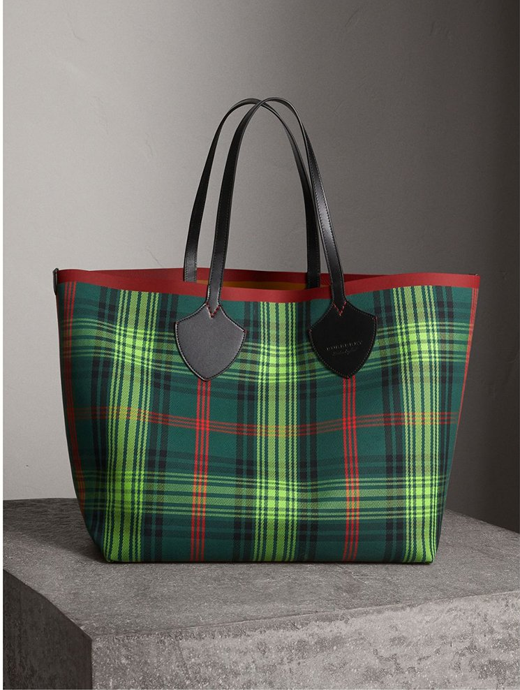 Burberry-Giant-Reversible-Bag-10