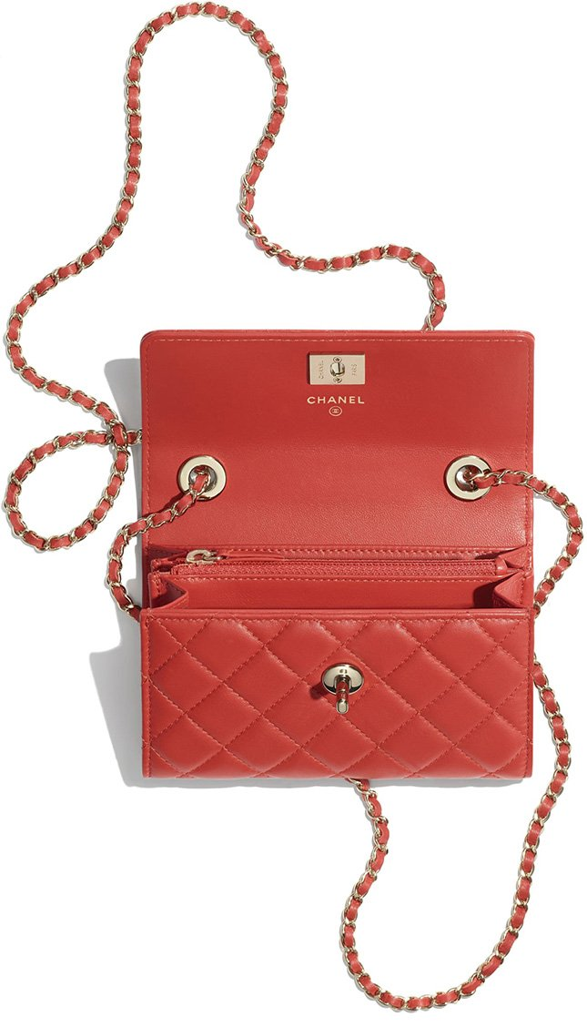 8d5d9edd83c6 The interior of the Clutch With Chain is much simpler. Just like the New Mini  Classic Flap Bag